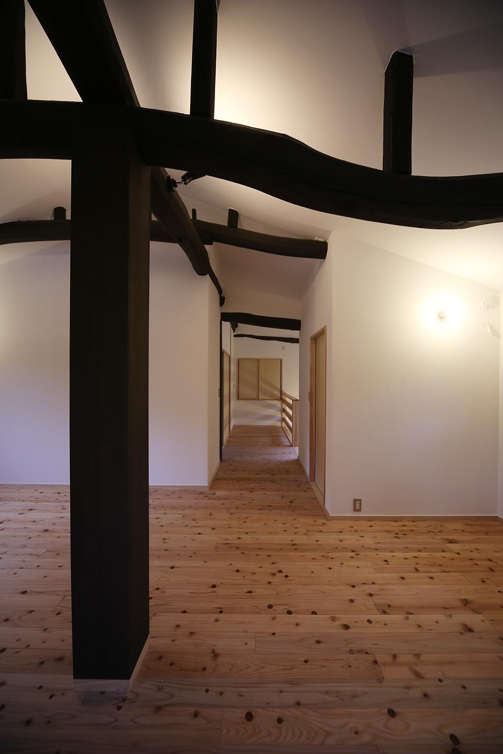 宍粟市の木の家 地松の梁を見せた2階