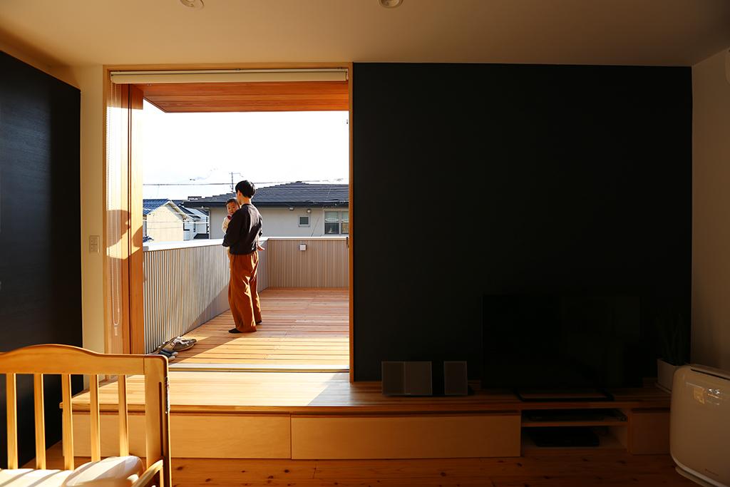 姫路市の家 リノベーション工事後リビングからデッキを見る