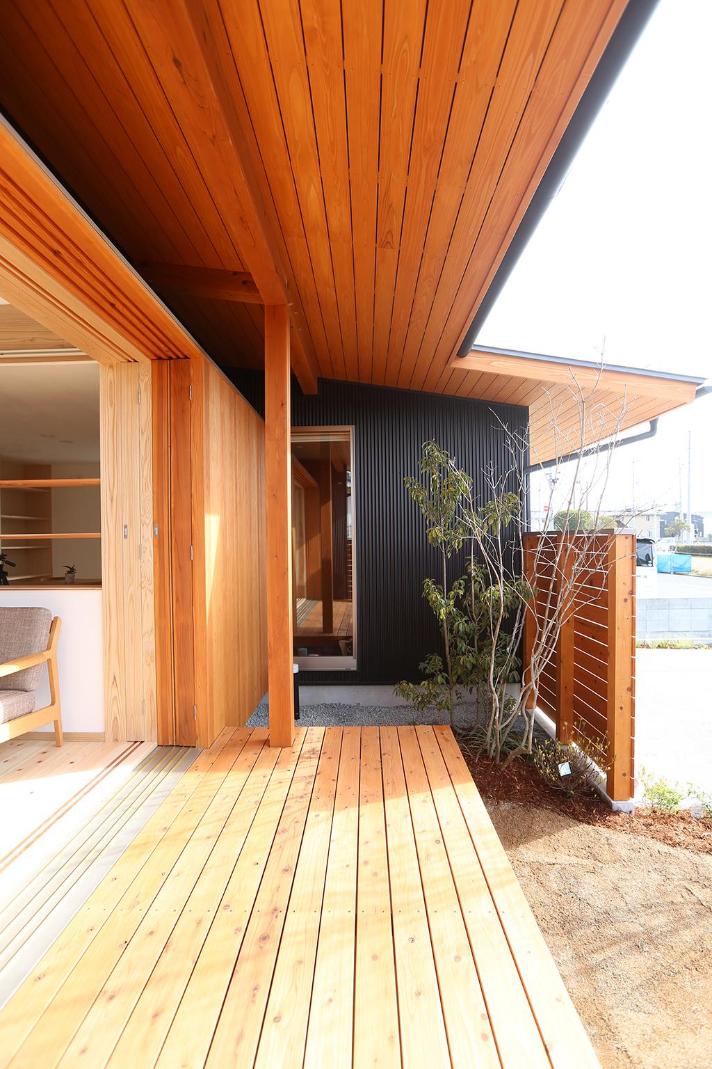 姫路市の木の家 屋根のあるデッキ