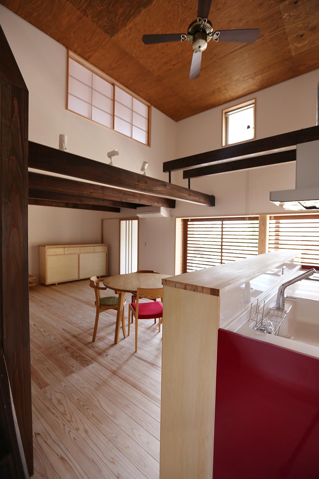 加古川市の木の家 吹き抜けのあるリビングダイニングキッチン
