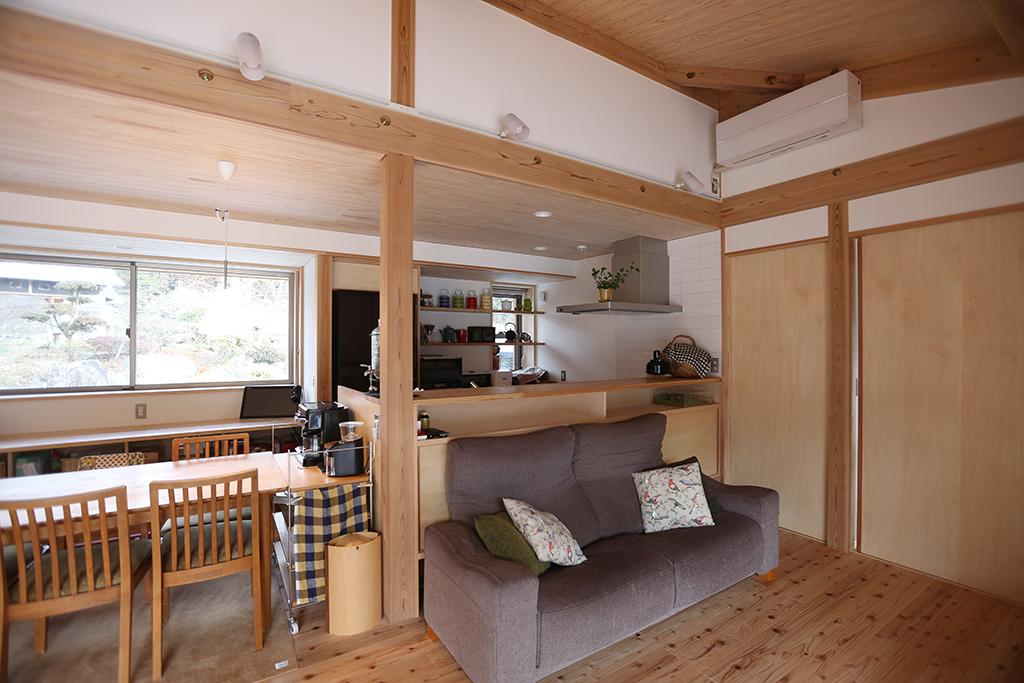 姫路市の木の家 造作デスクのあるダイニングキッチン