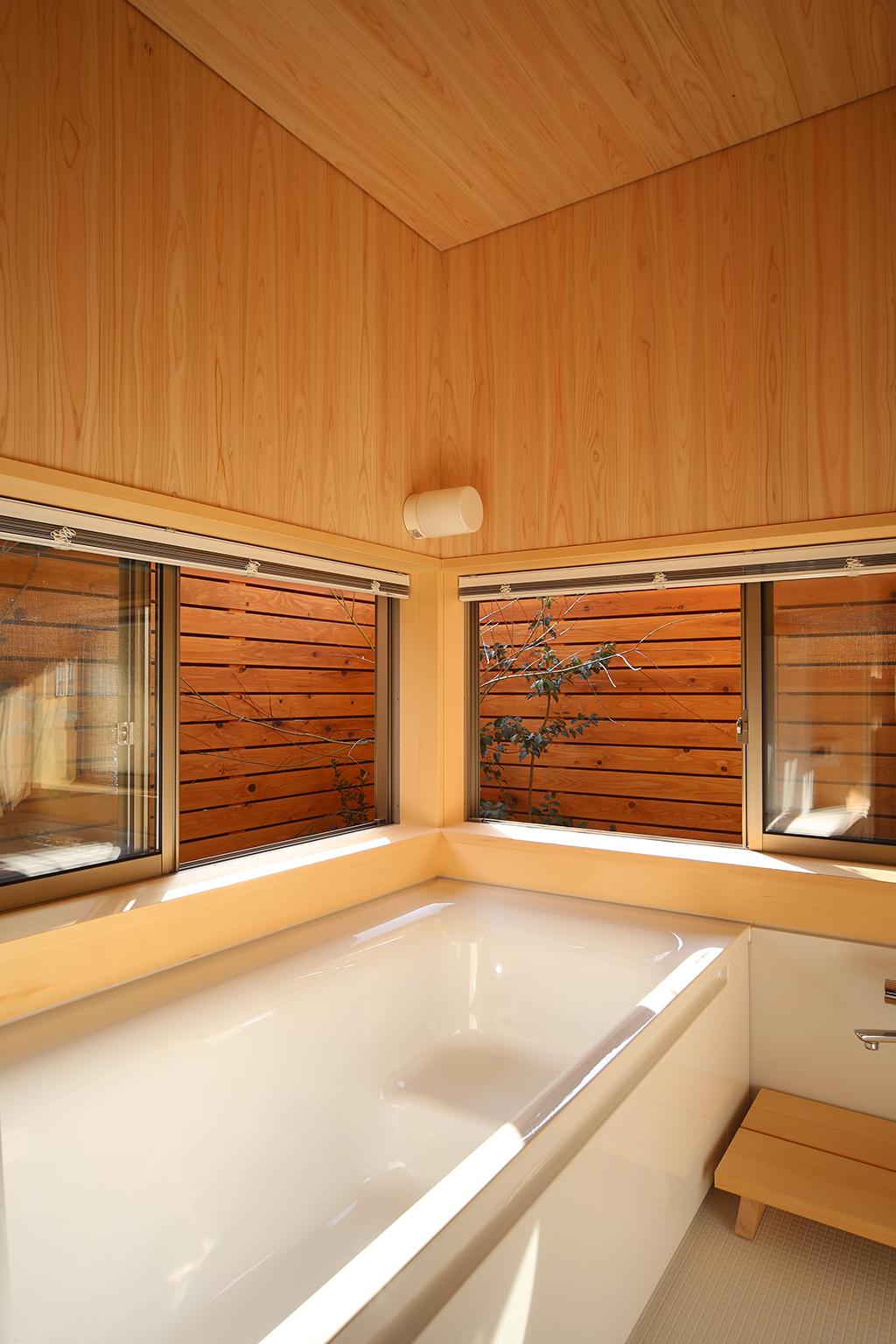 『播磨の連屋』桧貼りの浴室