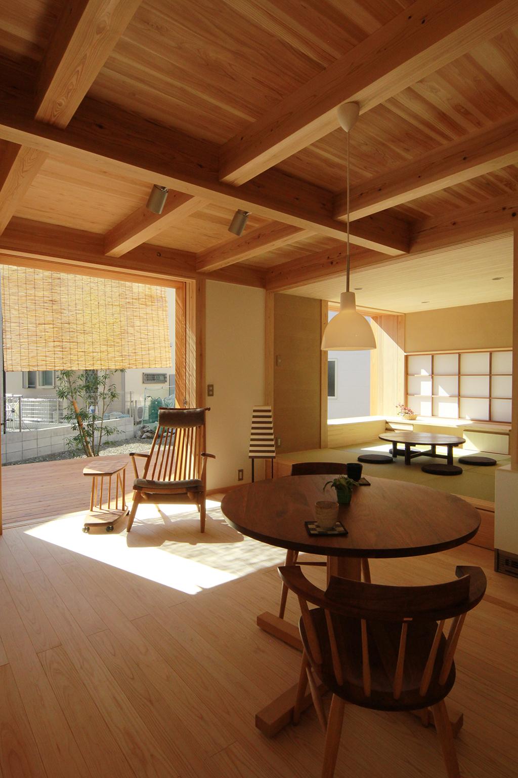 姫路市の木の家 ダイニングから1階を見る