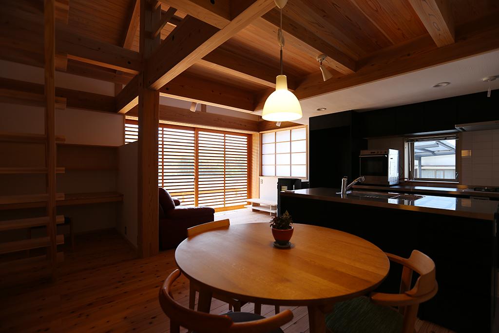 神崎郡の木の家 ダイニングから1階を見通す