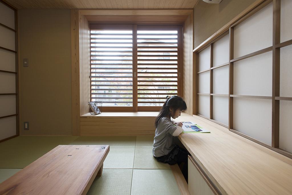 姫路市の木の家 和室で勉強するお子さん