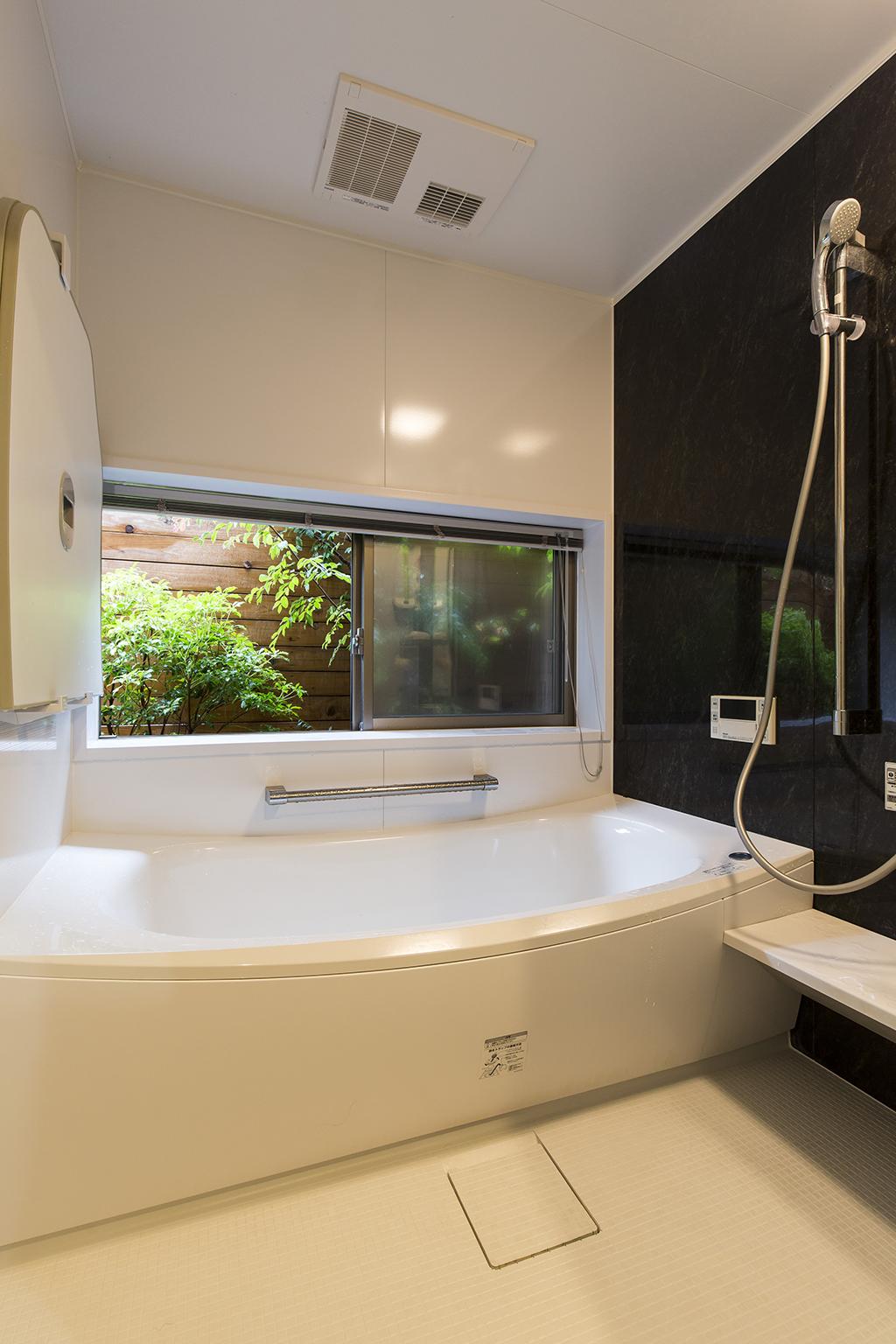 加古川市の木の家 坪庭のある浴室