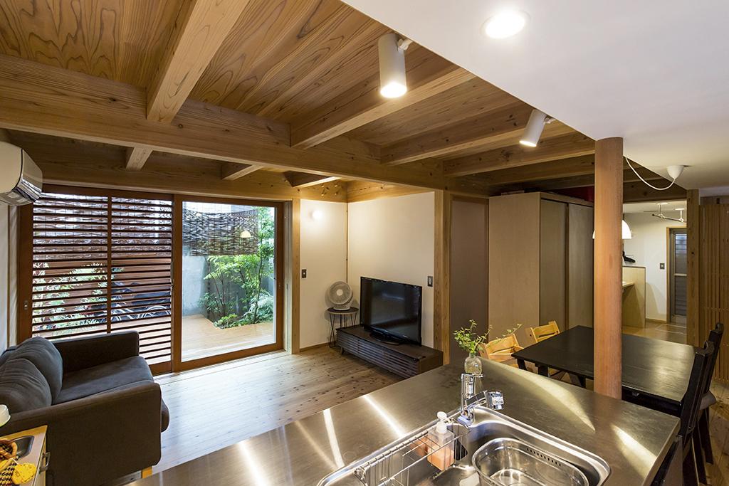 加古川市の木の家 キッチンから1階を見渡す