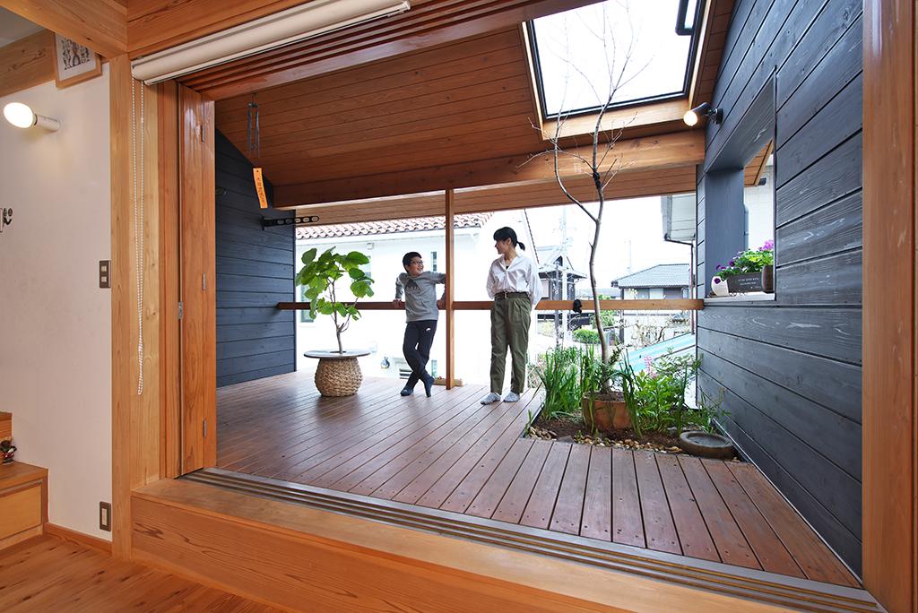 姫路市の木の家 個室のようなアウトリビングのデッキ