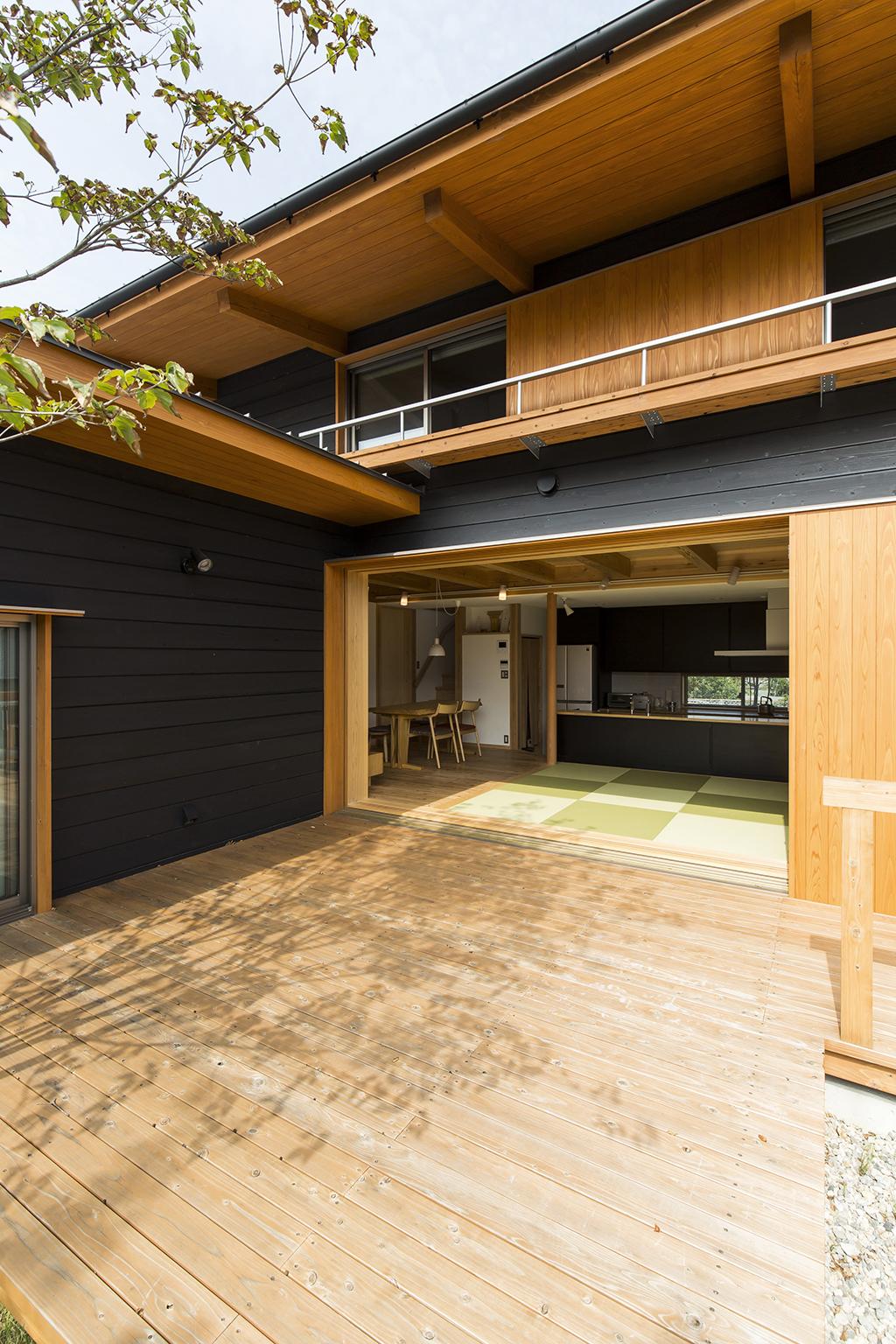 高砂市の木の家 デッキから室内を見る
