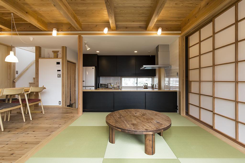 高砂市の木の家 畳敷きのリビング