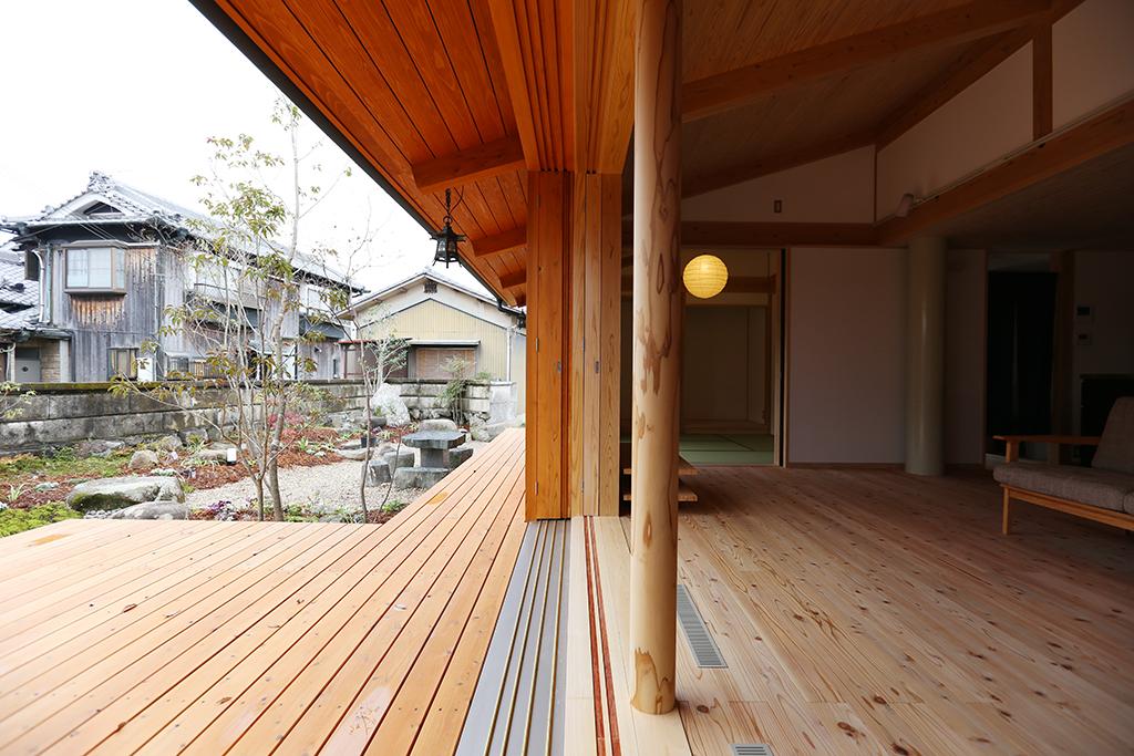 揖保郡の木の家 リビングの床とフラットにつながるウッドデッキ