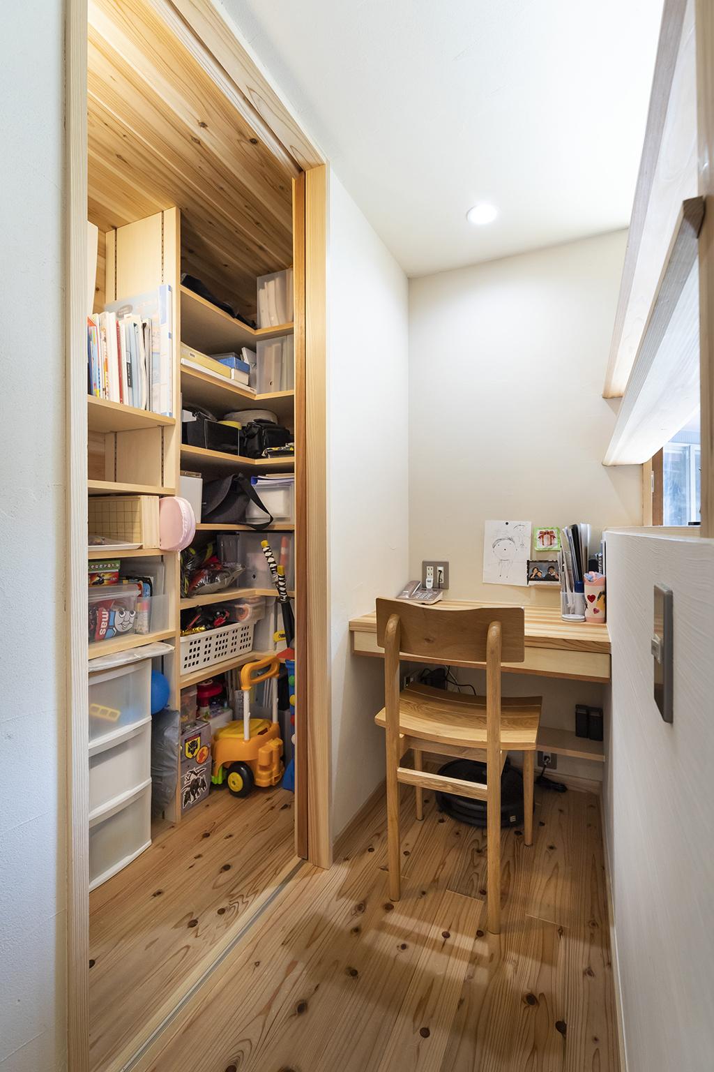 姫路市の木の家 リビングの一角に設けた家事室と壁面収納