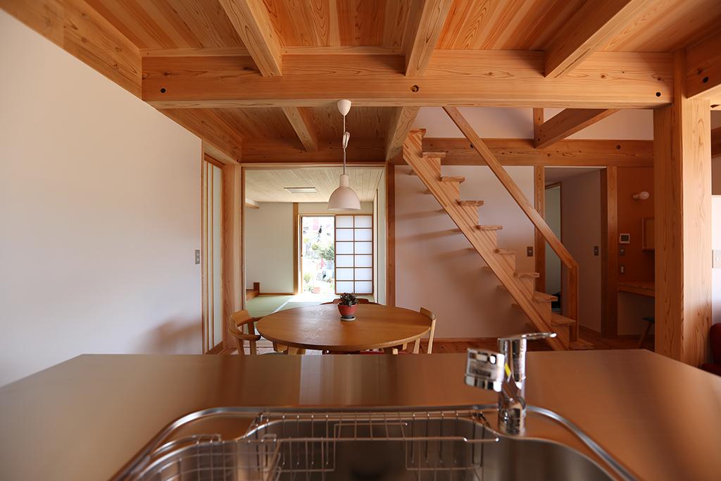 神崎郡の木の家 キッチンからダイニングを通して和室を見る
