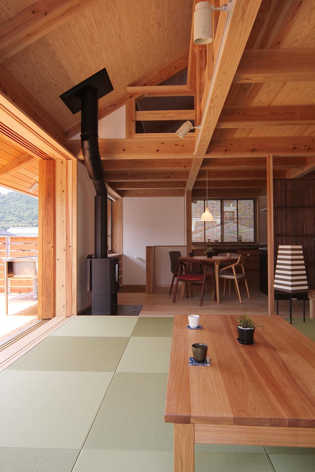 宍粟市の木の家 座のリビングからダイニングを見る