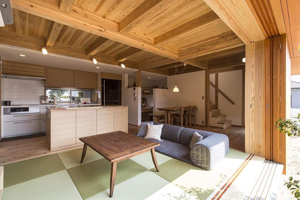 姫路市の木の家 デッキから室内を見通す