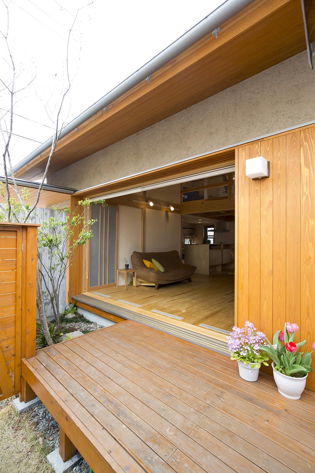 加古川市の木の家 庭より室内を見る