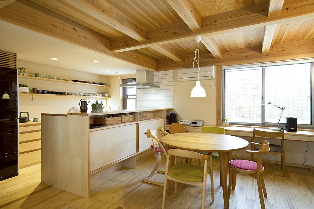 加古川市の木の家 デスクのあるダイニングキッチン