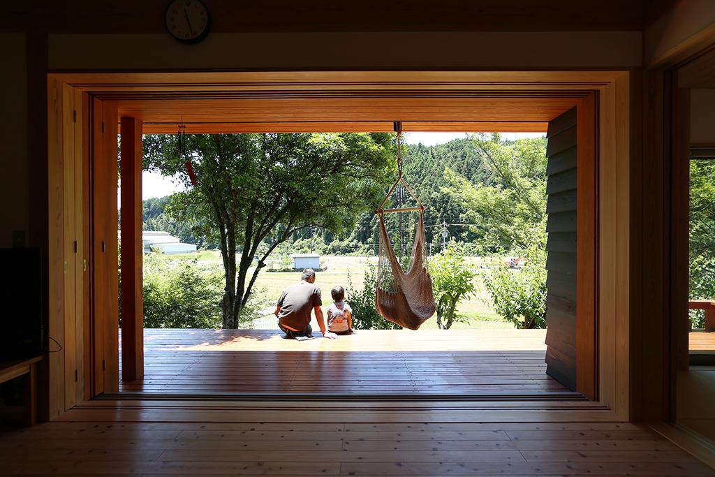 姫路市の木の家 リビングからデッキを通して緑を望む