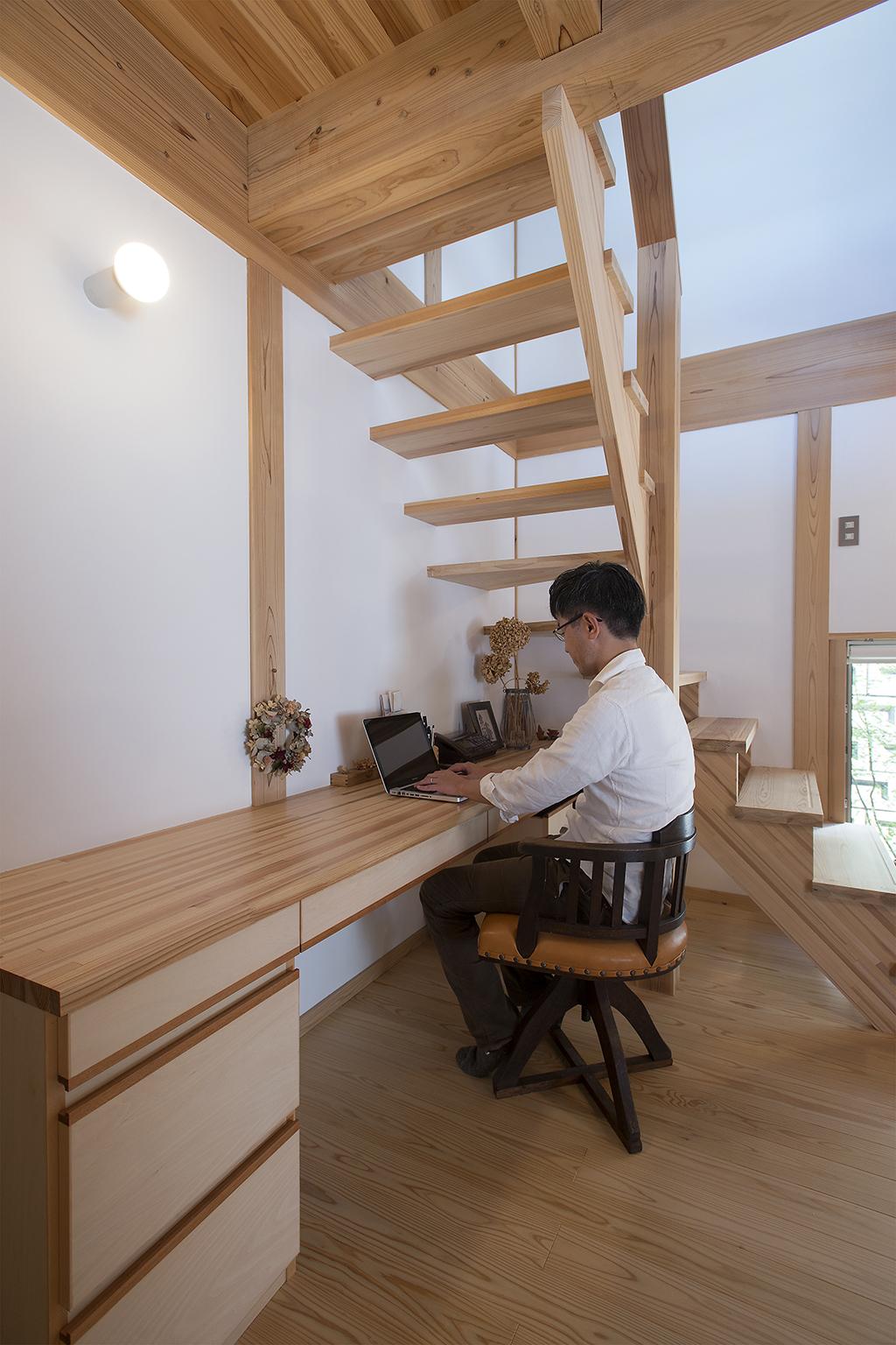 明石市の木の家 階段下のデスク