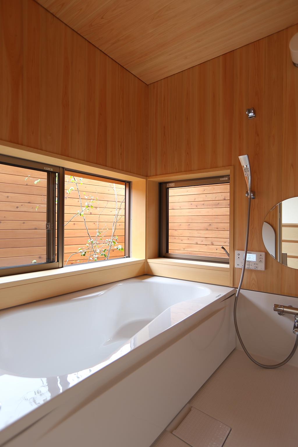 揖保郡の木の家 坪庭のある桧貼りの浴室
