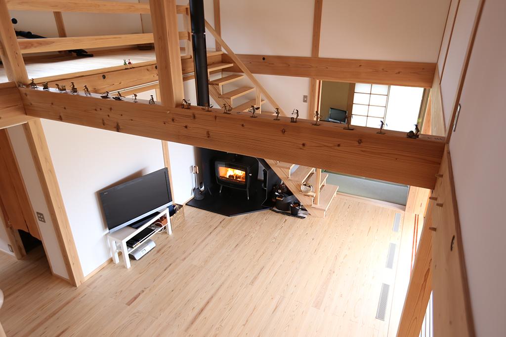 『里山民芸庵』2階からリビングを見下ろす