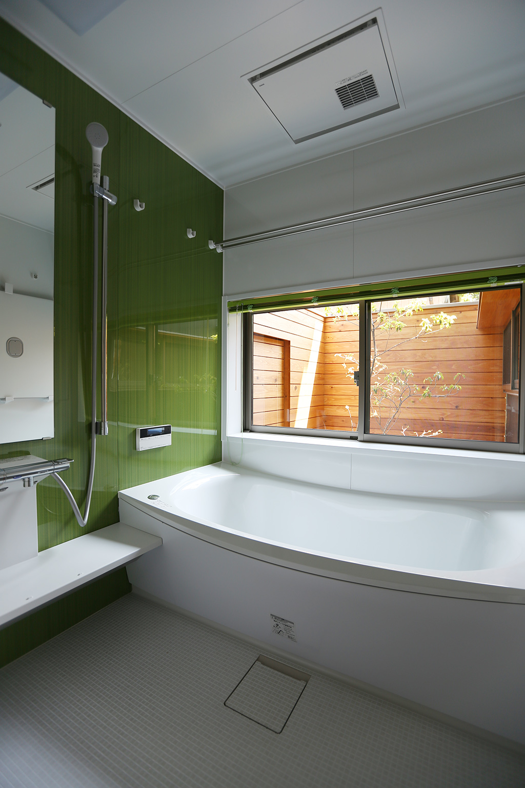 たつの市の木の家 坪庭のある浴室