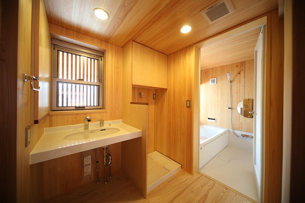 明石市の木の家 桧貼りの洗面脱衣室と浴室