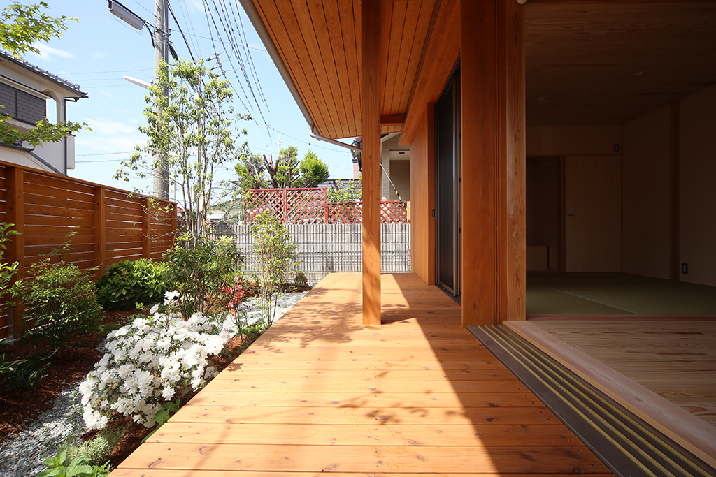 加古川市の木の家 深い軒に守られたウッドデッキ