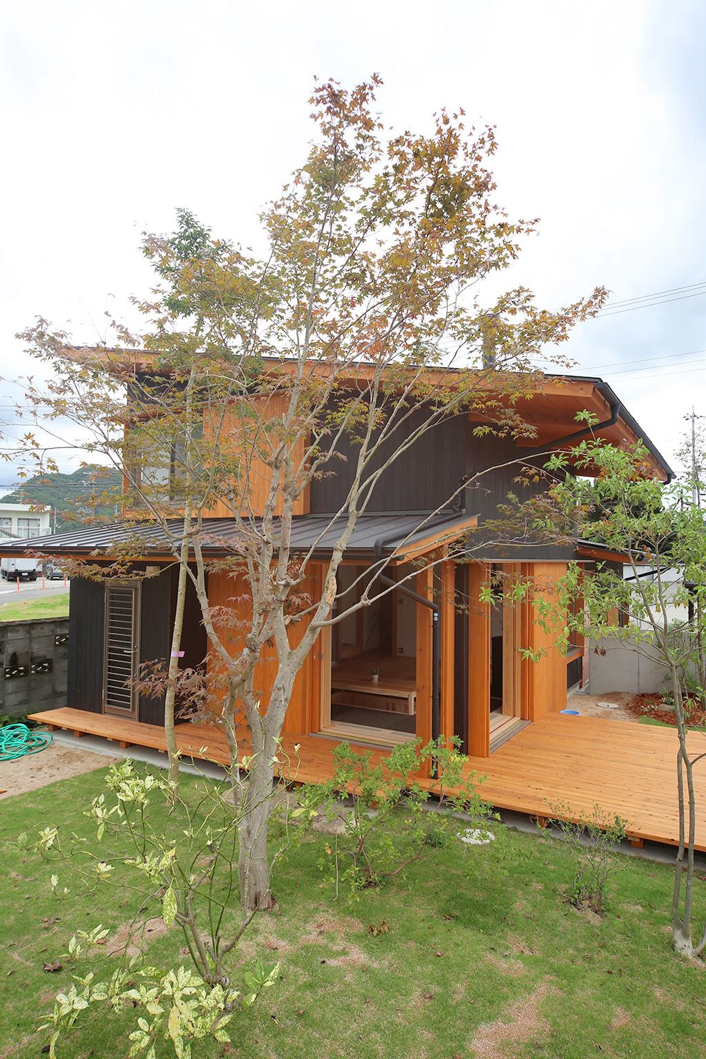 赤穂郡の木の家 庭の緑が美しい外観