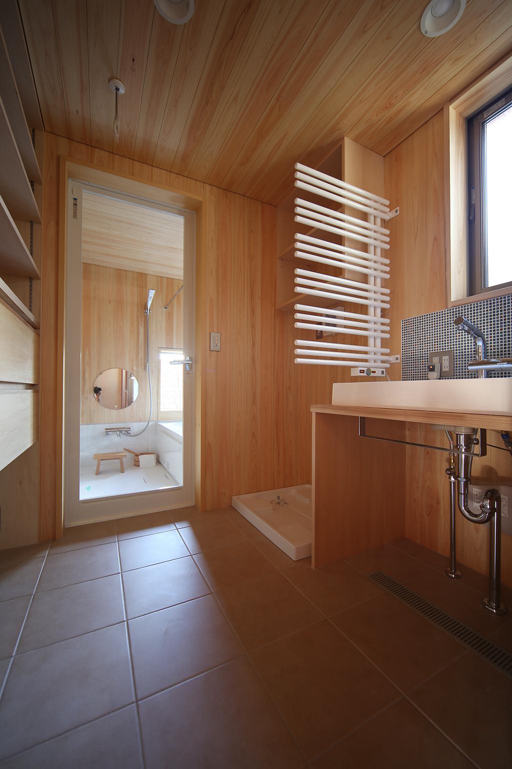 姫路市の木の家 ひのき貼りの洗面脱衣室と浴室