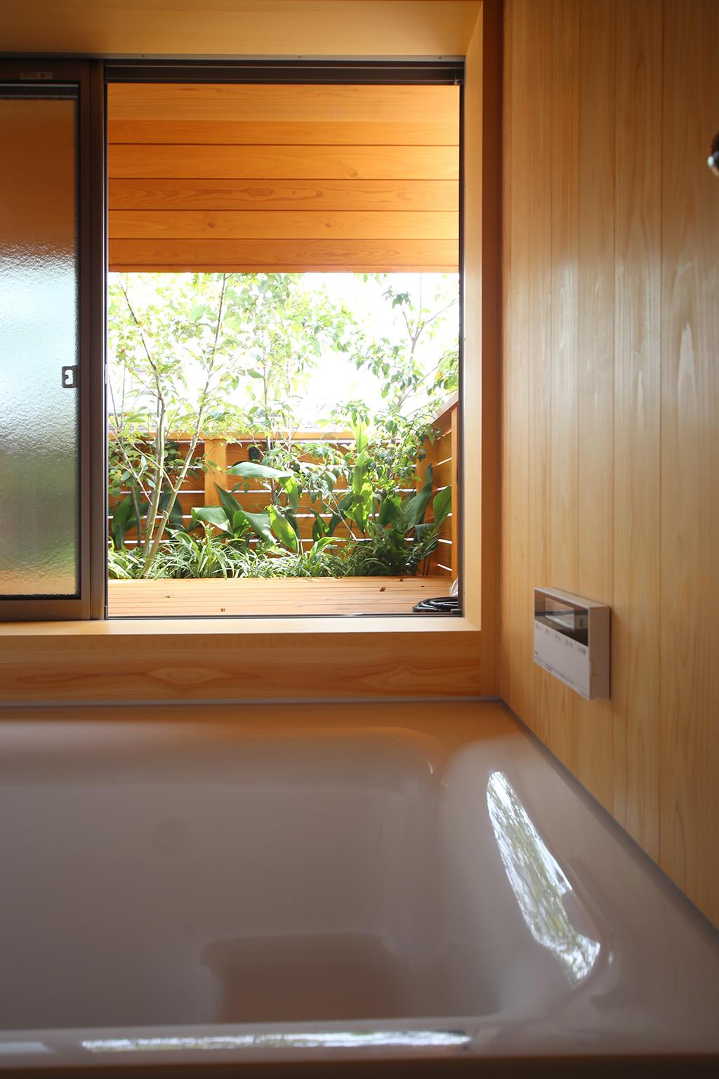 明石市の木の家 坪庭のある浴室