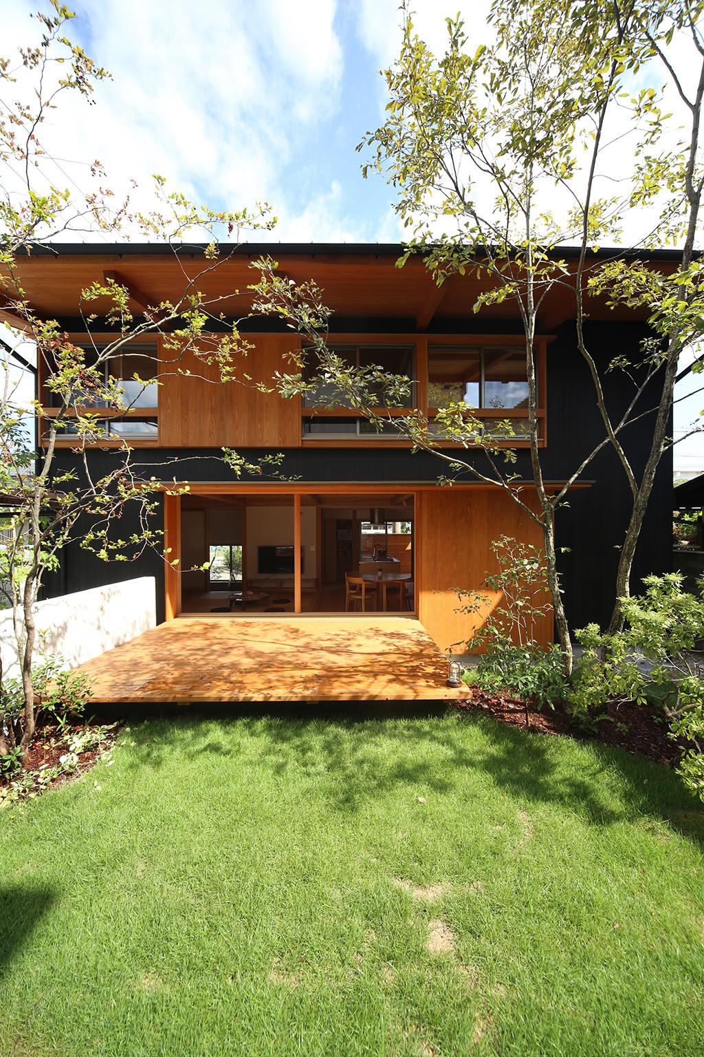 姫路市の木の家 芝生の庭から家を見る