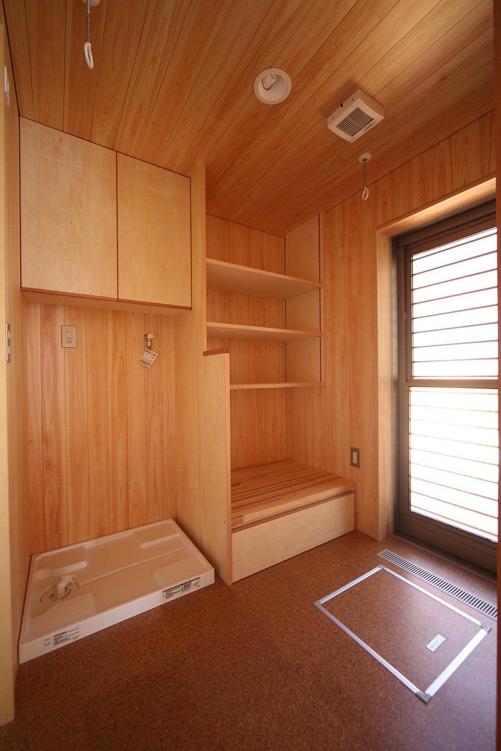 加古川市の木の家 桧貼りの洗濯脱衣室