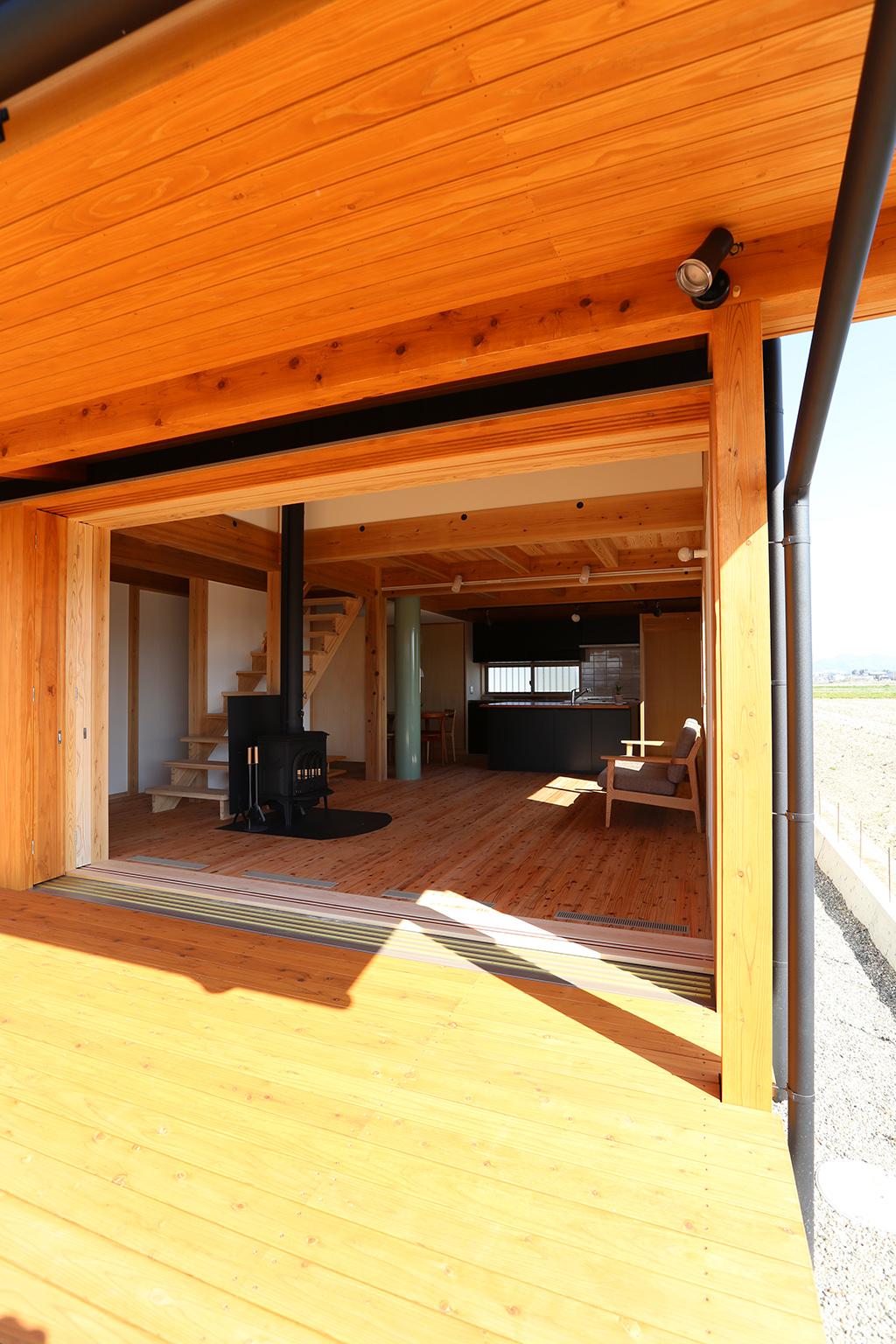 姫路市の木の家 デッキから室内を見る