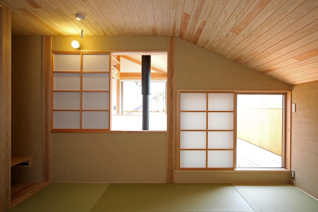 たつの市の木の家 窓で各所とつながる寝室