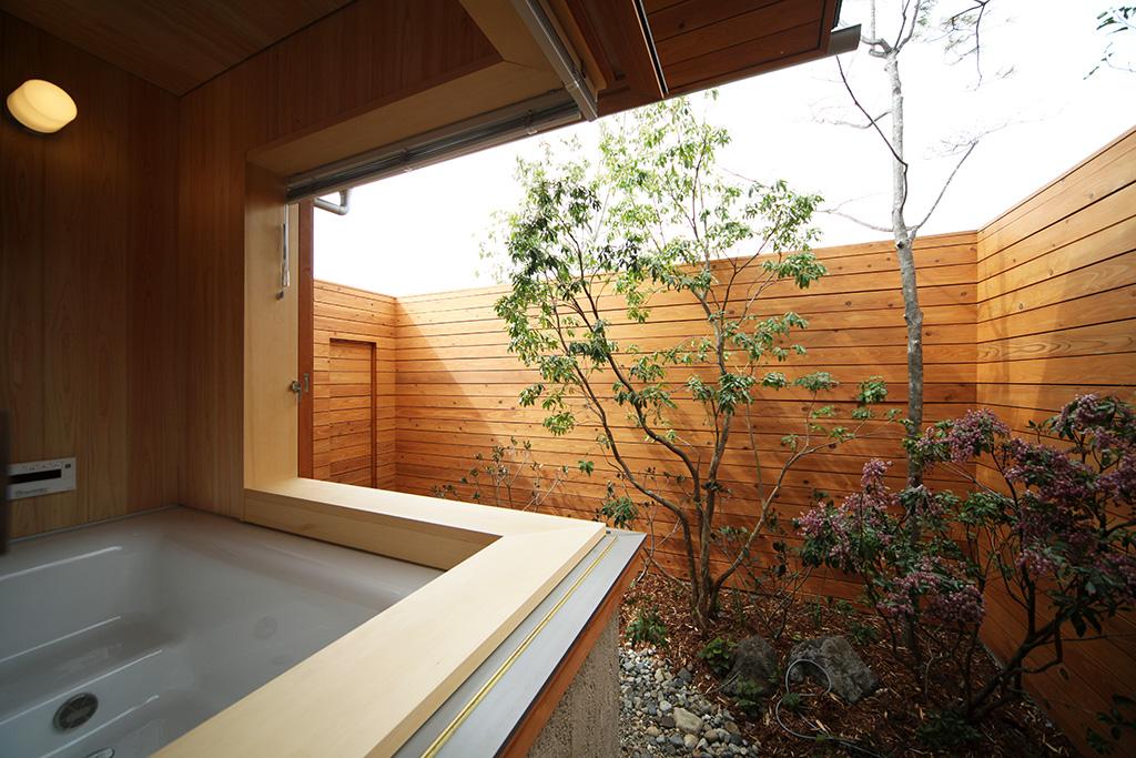 たつの市の木の家 2面開口できる坪庭のある木の浴室