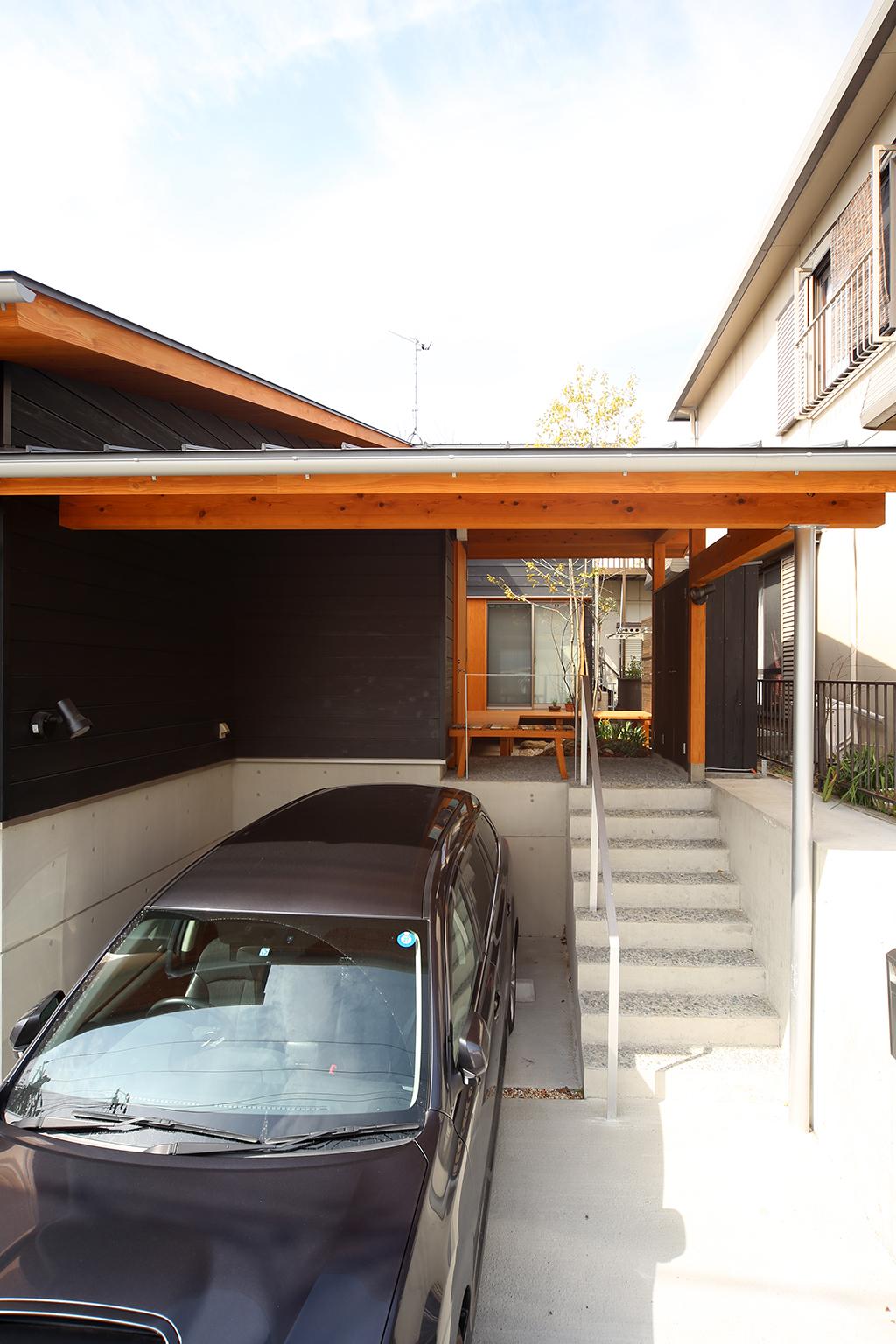 神戸市の木の家 高低差を活かした屋根のある駐車場