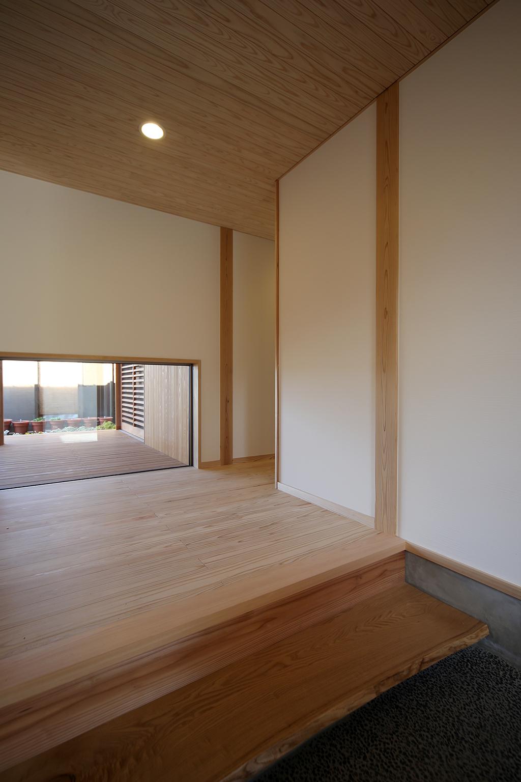 高砂市の木の家 正面の窓からインナーデッキが見える