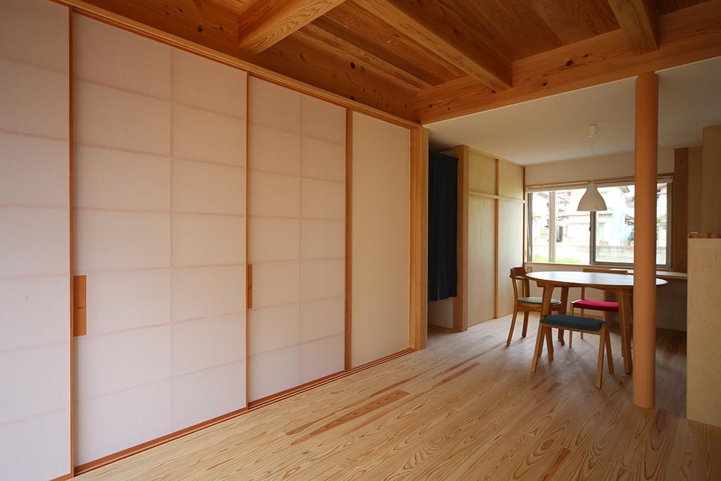 加古川市の木の家 建具で間仕切ると落ち着いた空間に