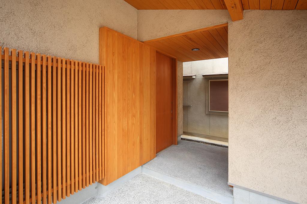 明石市の木の家 軒に守られた玄関ポーチ