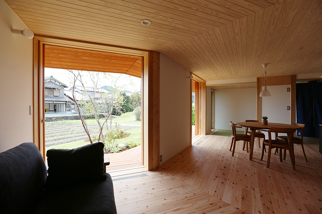 神崎郡の木の家 大開口から田んぼの緑を望む