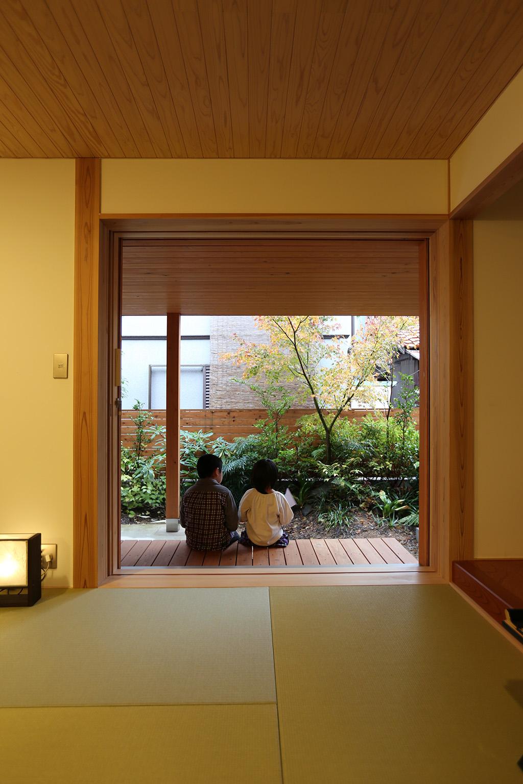 明石市の木の家 和室から庭を望む