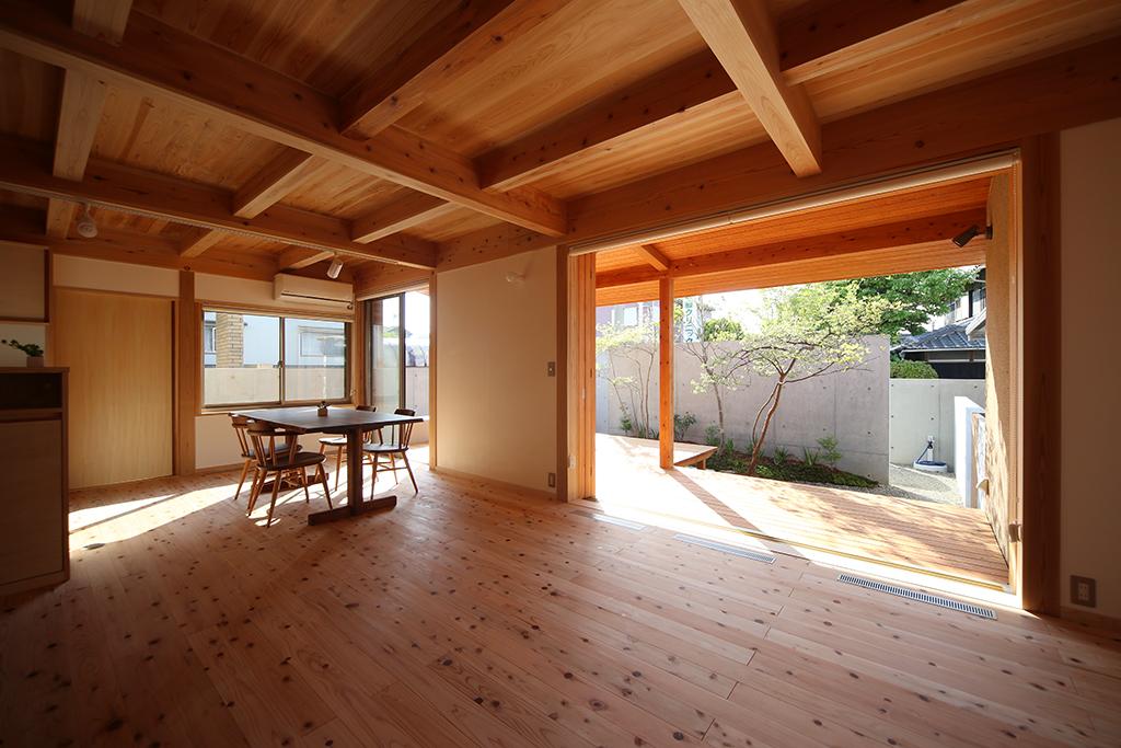 加古川市の木の家 リビングから庭を見る