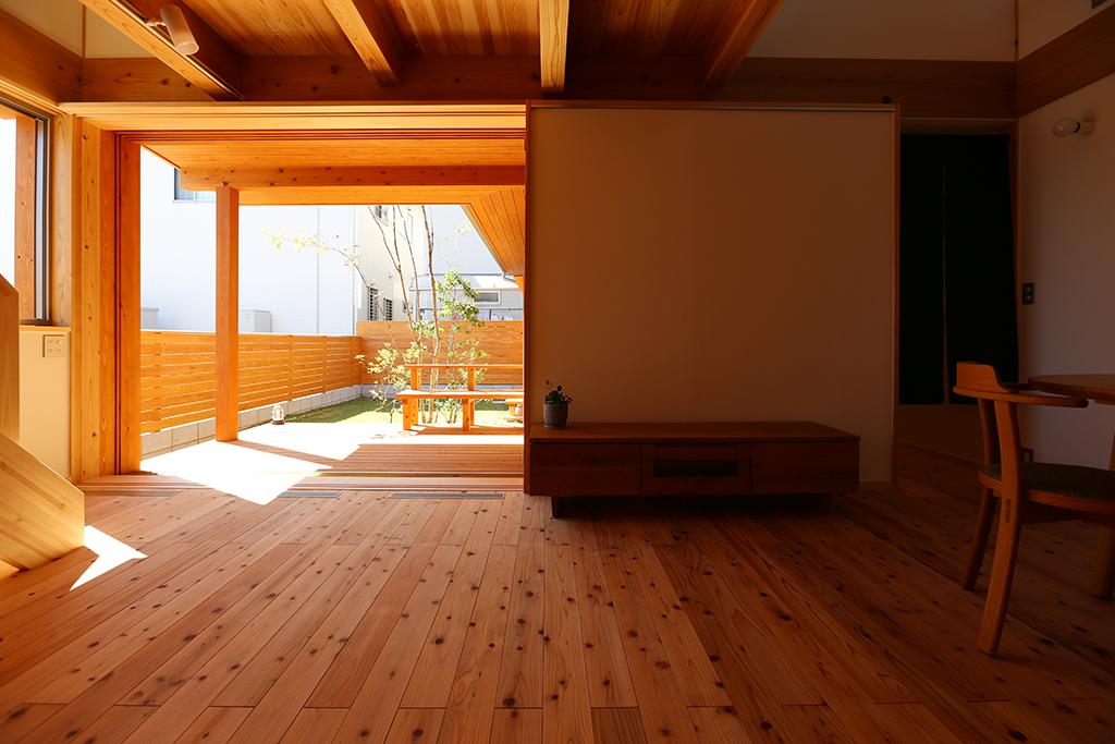 加古川市の木の家 キッチンからリビングを見る