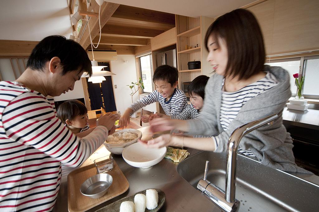 加古川市の木の家 家族みんなで料理作り