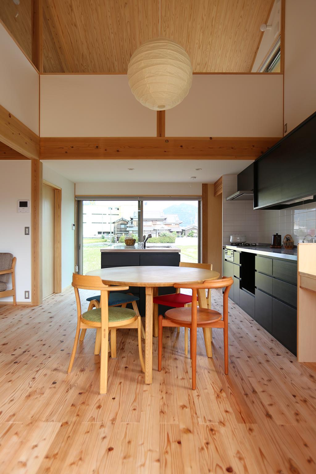 姫路市の木の家 ダイニングからキッチンを通してれんげ畑を望む