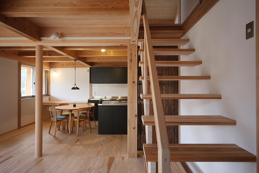 神崎郡の木の家 リビングから繋がる階段