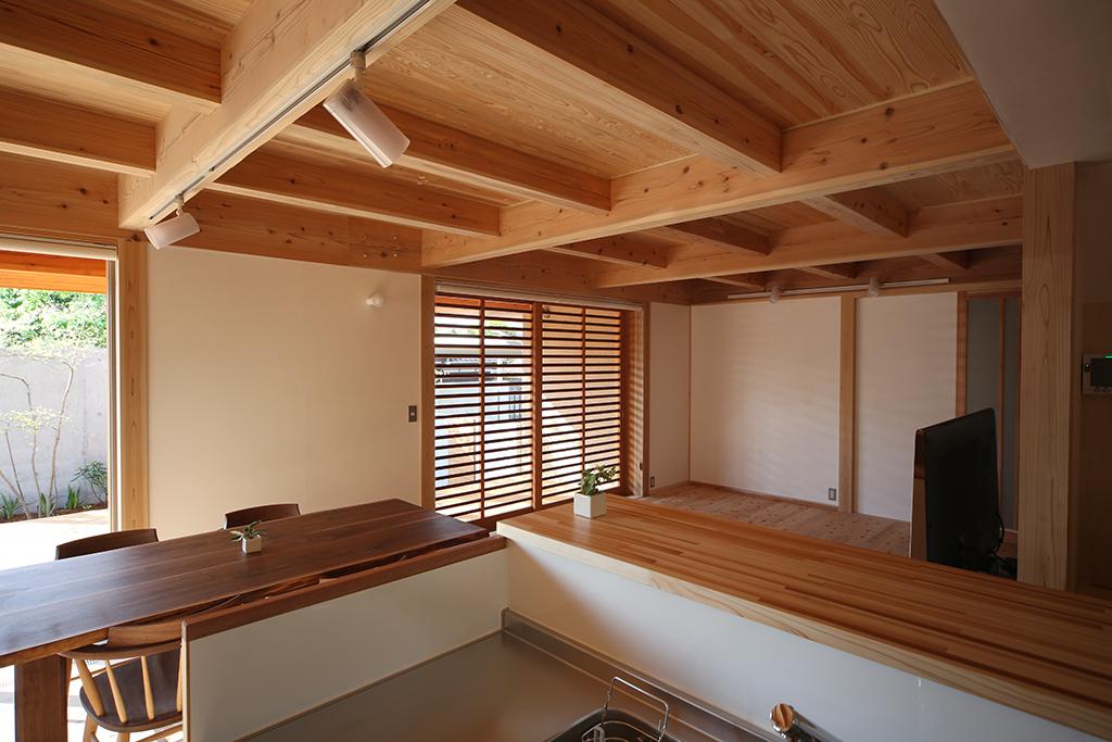 加古川市の木の家 キッチンからリビングダイニングを見る