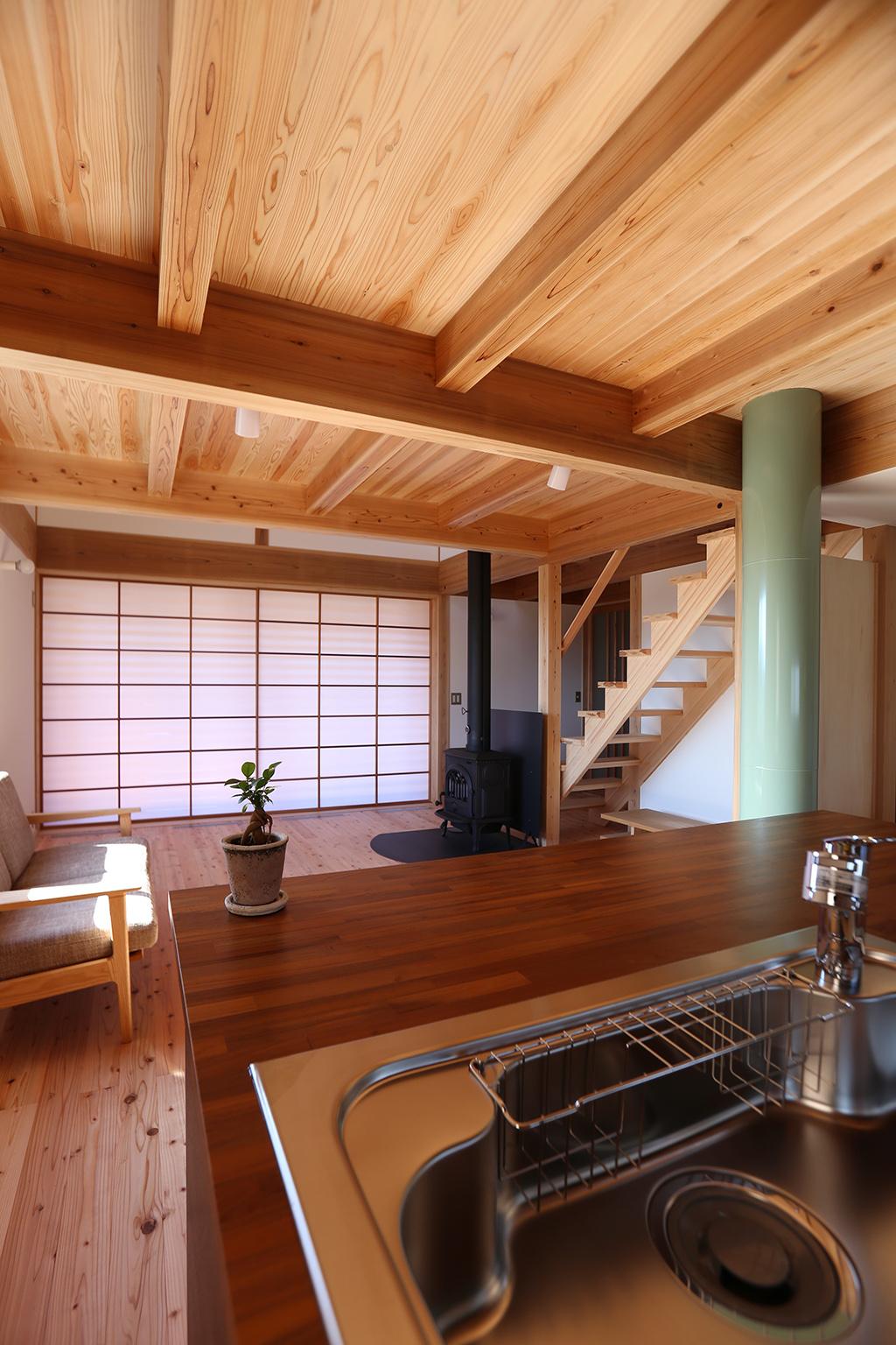 姫路市の木の家 キッチンからリビングを見る