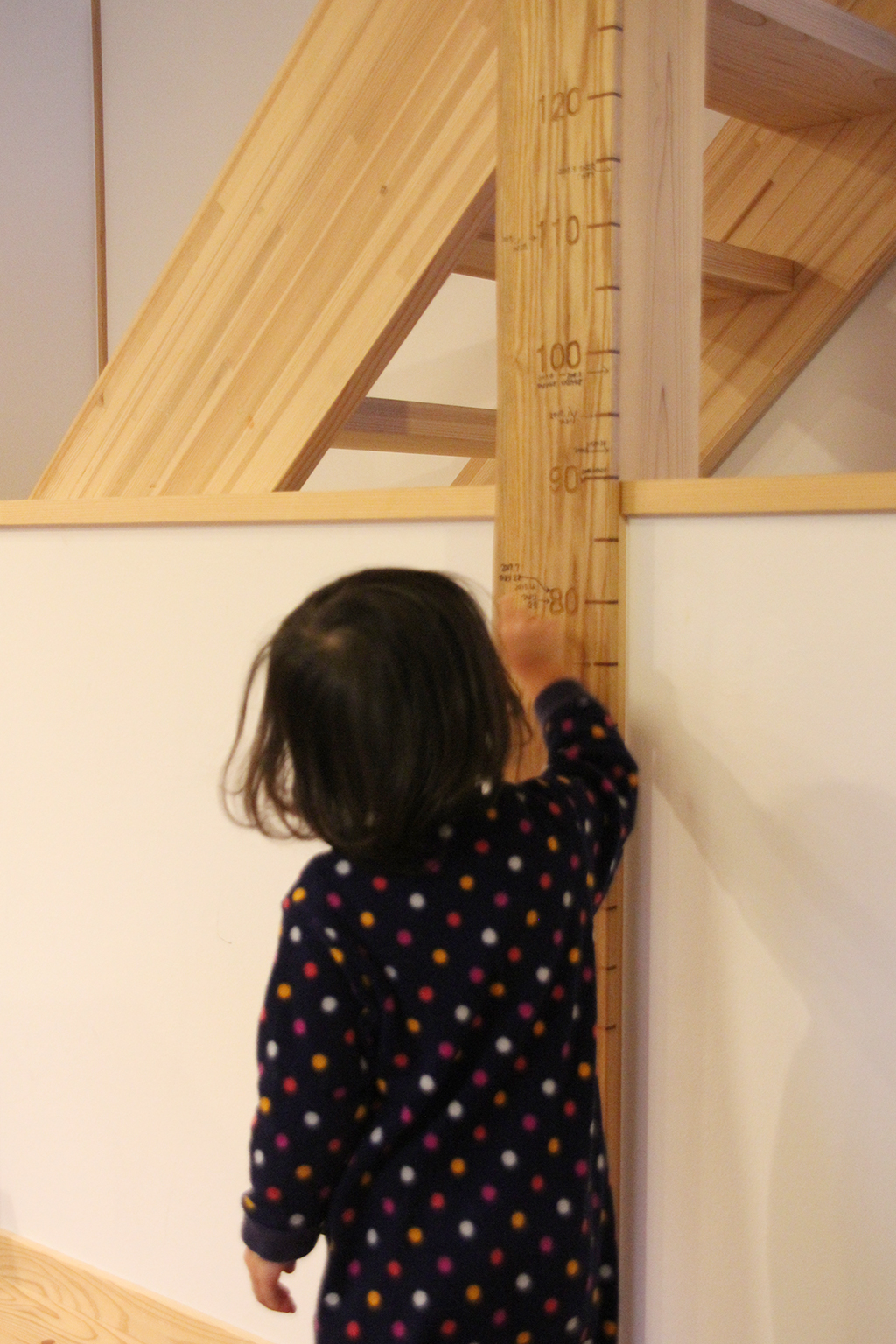 朝来市の木の家 柱に刻んだ成長の記録をなぞるお子さま